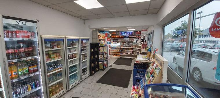 gekühlte Getränke und Eingangsbereich, Tankstelle Total Access in Bad Fallingbostel