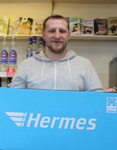 Mitarbeiter beim Hermes-Shop in der Tankstelle Fallingbostel
